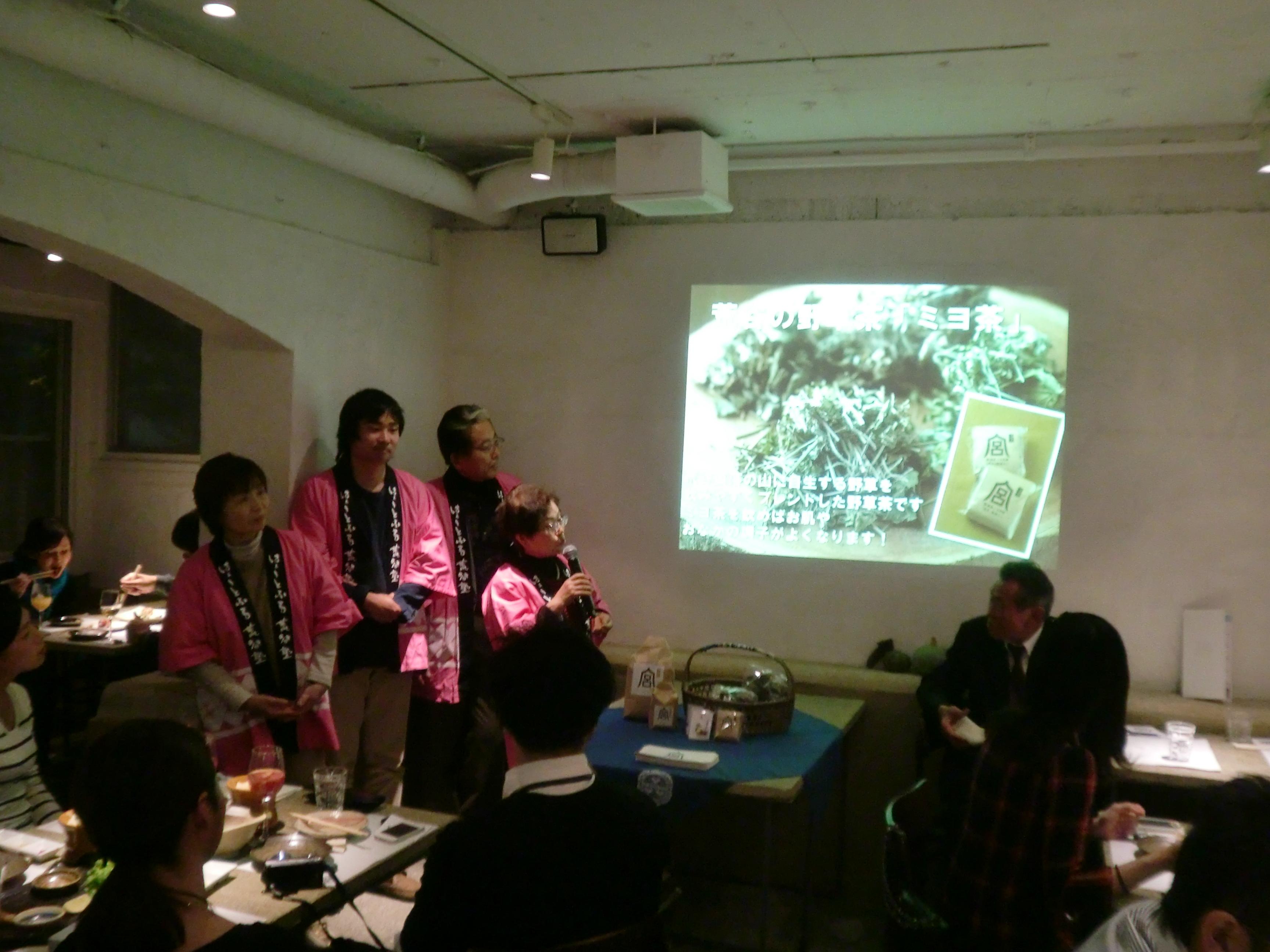 六本木農園の農家ライブで、「ミヨ茶」を紹介する様子。瞬く間に完売し、イベントは大盛況だった。