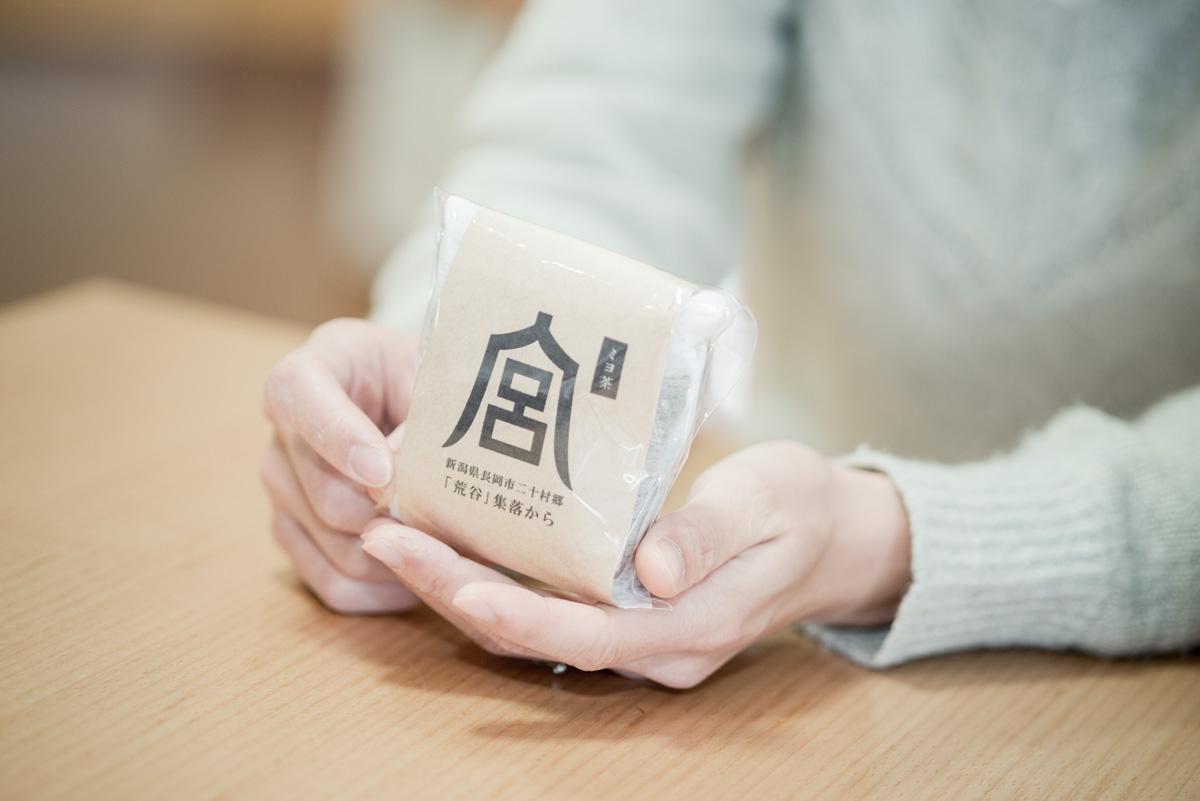 集落に多い姓「宮」の文字がモチーフの野草茶、通称「ミヨ茶」。滋味豊かな野草の味わいが人気を呼んでいる。