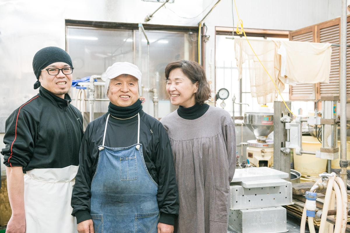 写真左から、三代目を担う息子の佐野亮介さん、二代目・父、佐野佐敏さんと母、綾子さん。