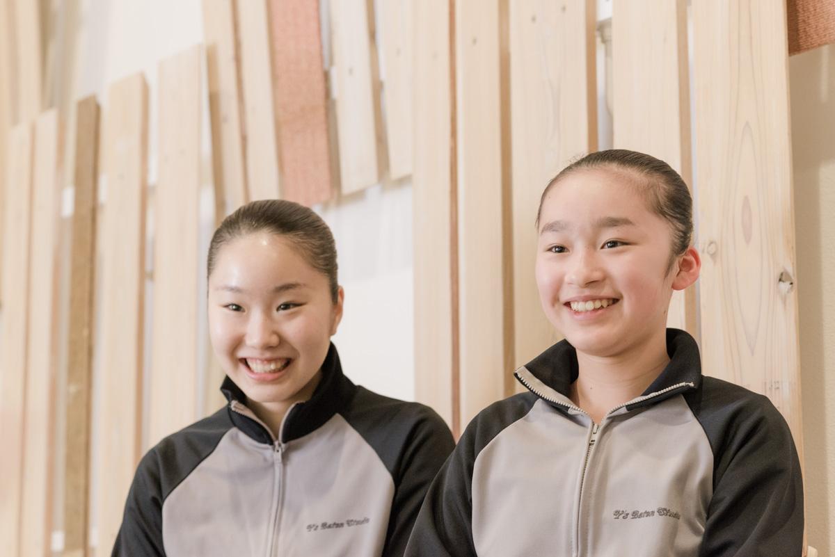 写真左は、難波彩花さん(17歳)右は安藤さやかさん(12歳)。2人ともバトン歴10年選手。