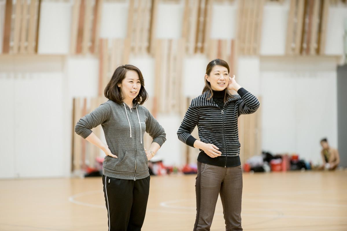 写真右は特別講師の安藤博美さん。Y'sバトンスタジオを設立当初から支えてくれている。
