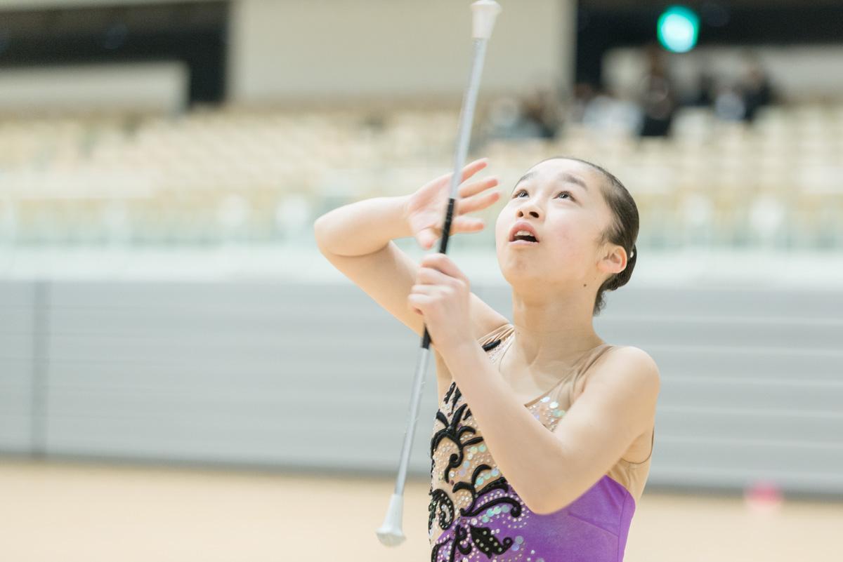 競技バトンは、見た目の美しさだけでなく、柔軟性や筋力、リズム感や集中力が試される。