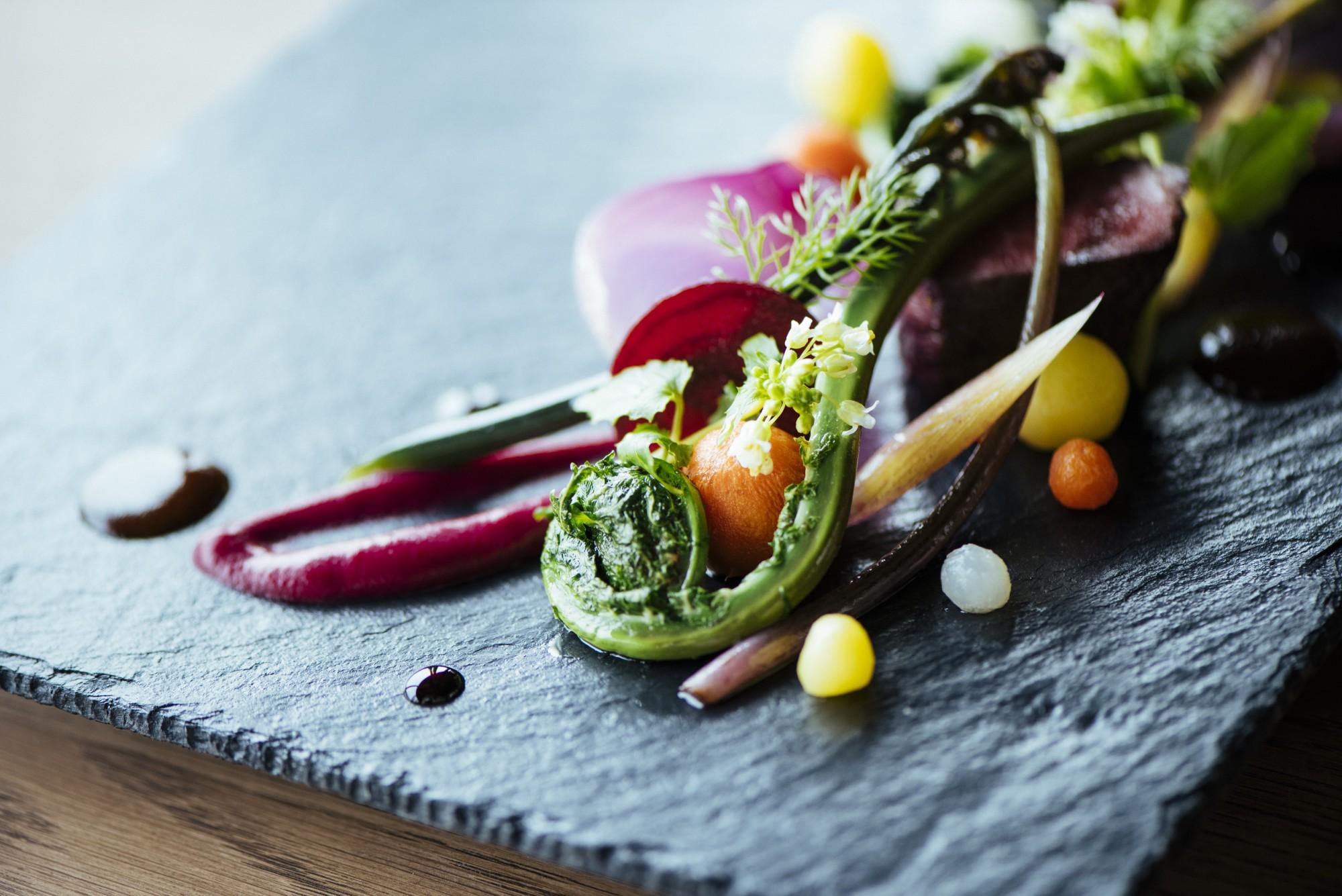 旨味の強い越後牛を用いた人気の一品。彩り豊かなそれぞれの野菜もしっかりとした味わい。