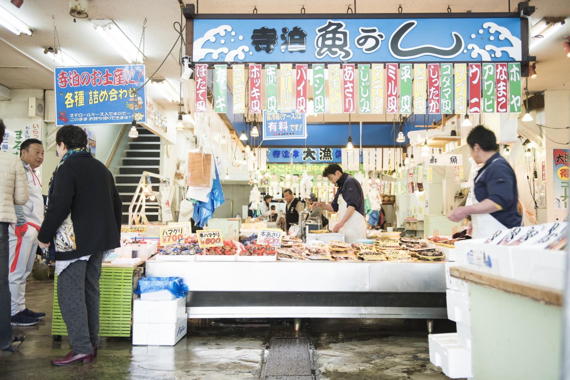年中賑わう魚の市場通り。平日は8:30、土日、祝日は8:00から営業している。