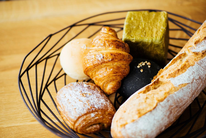 和島の美味しい水と厳選された小麦でつくられた、色とりどりのパンが店頭に並ぶ。