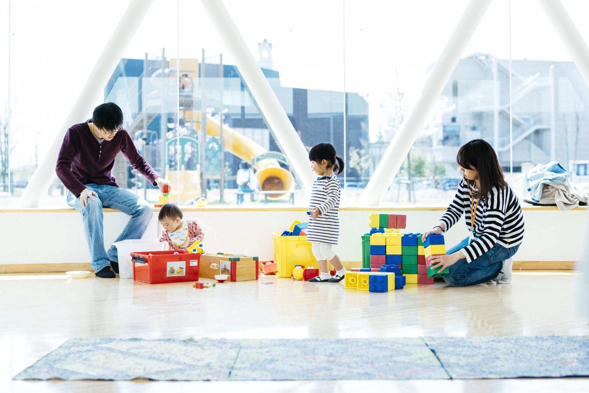 若いお父さん、お母さんが、保育士から子育てのアドバイスを受けることもできる。