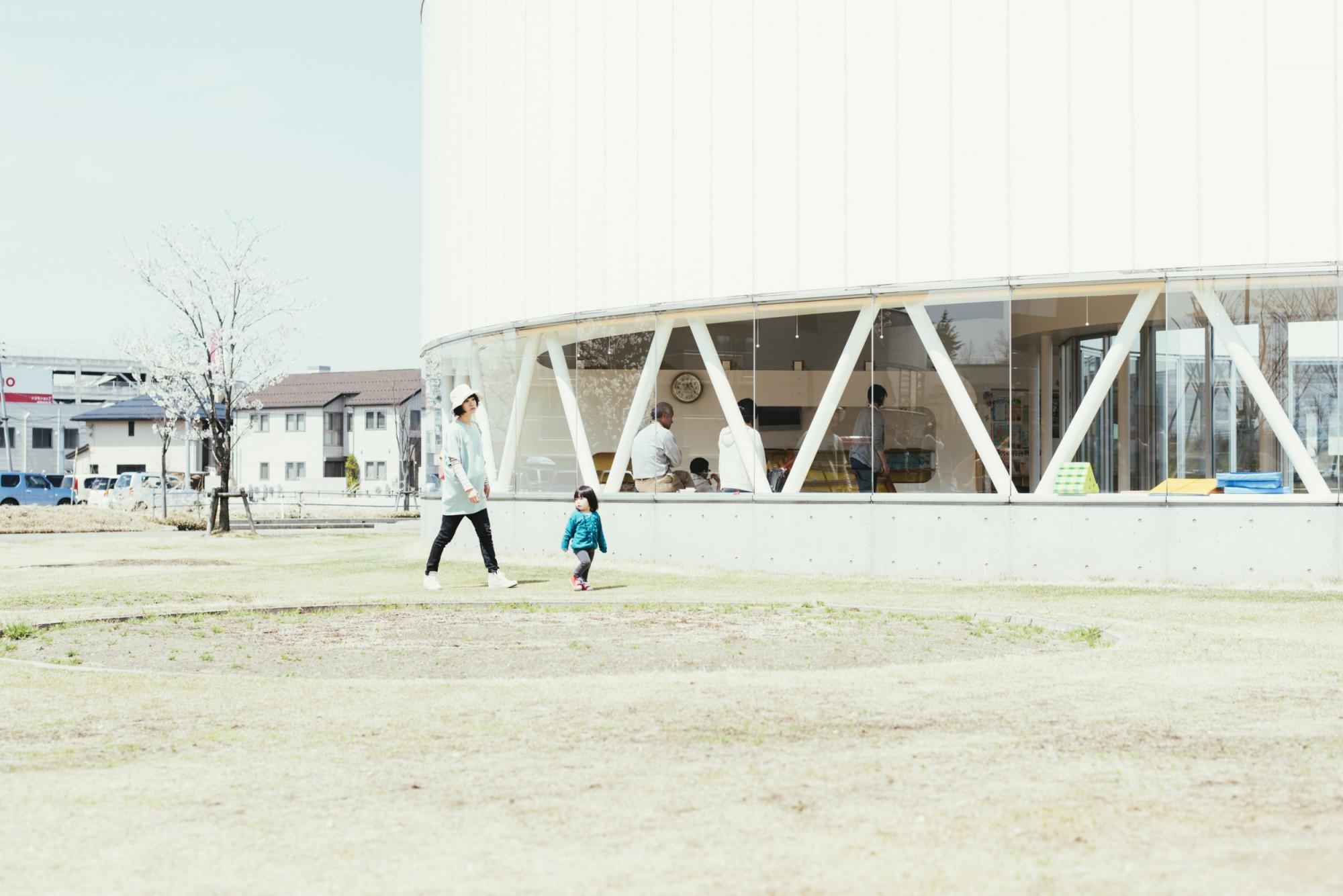 施設のまわりは散歩に最適。園路の先は、信濃川の遊歩道につながっている。