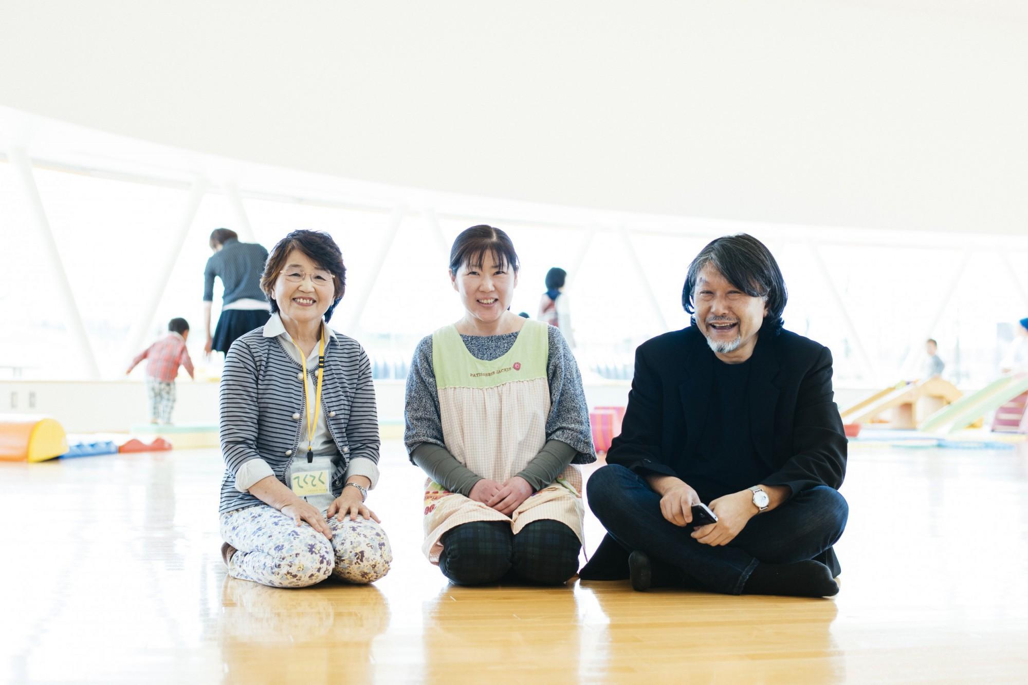 写真左から、初代園長の渋谷さん。三代目園長の西山さん。設計を手がけた山下教授。