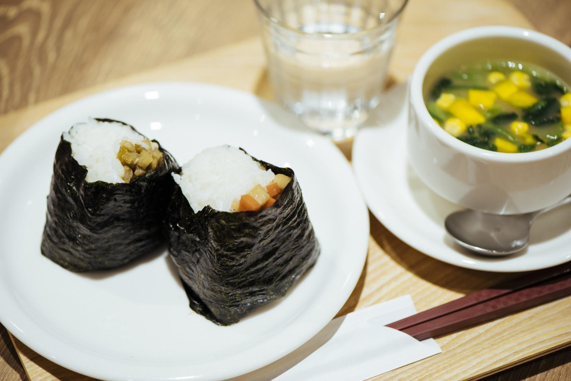 おにぎりには、こしひかりより、ふっくら炊ける金芽米を使用。体が温まるベジタブルチャウダーとセットで650円。