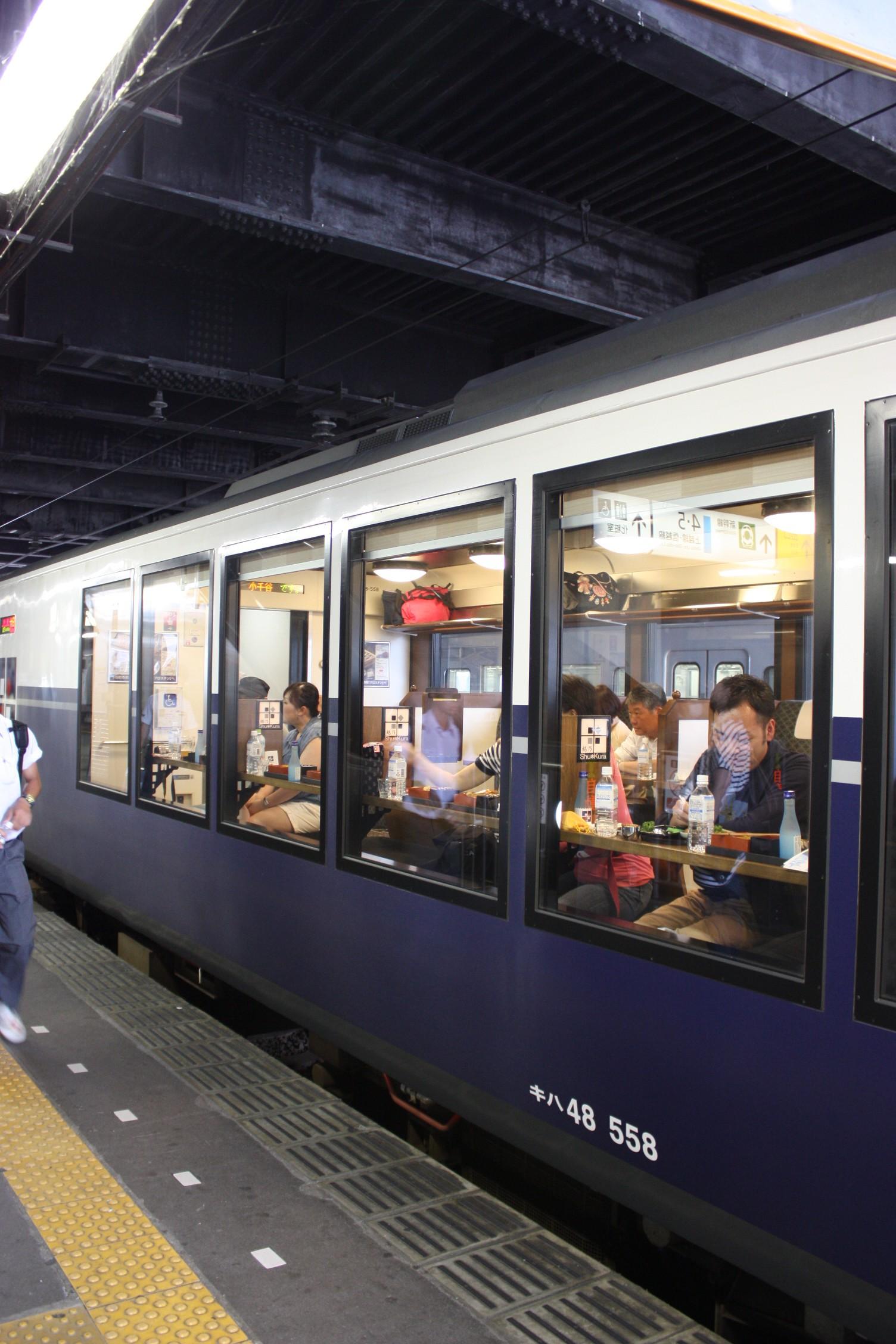 新潟のお酒や料理を楽しむ乗客たち。