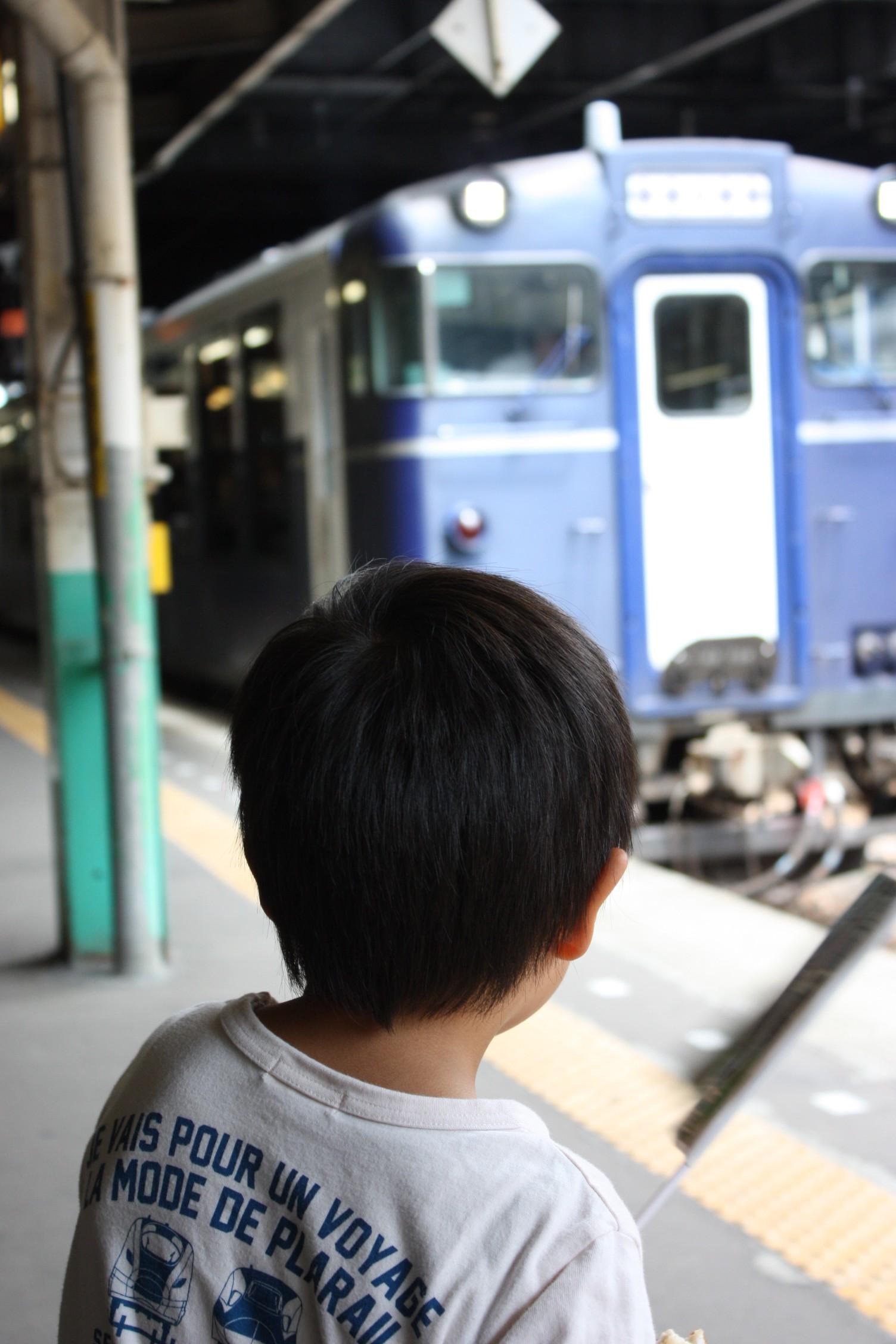 駅員さんにもらった旗を振って越乃Shu*Kuraのお見送り。乗客や運転士さんが手を振り返してくれるのも子どもには嬉しい思い出になる。