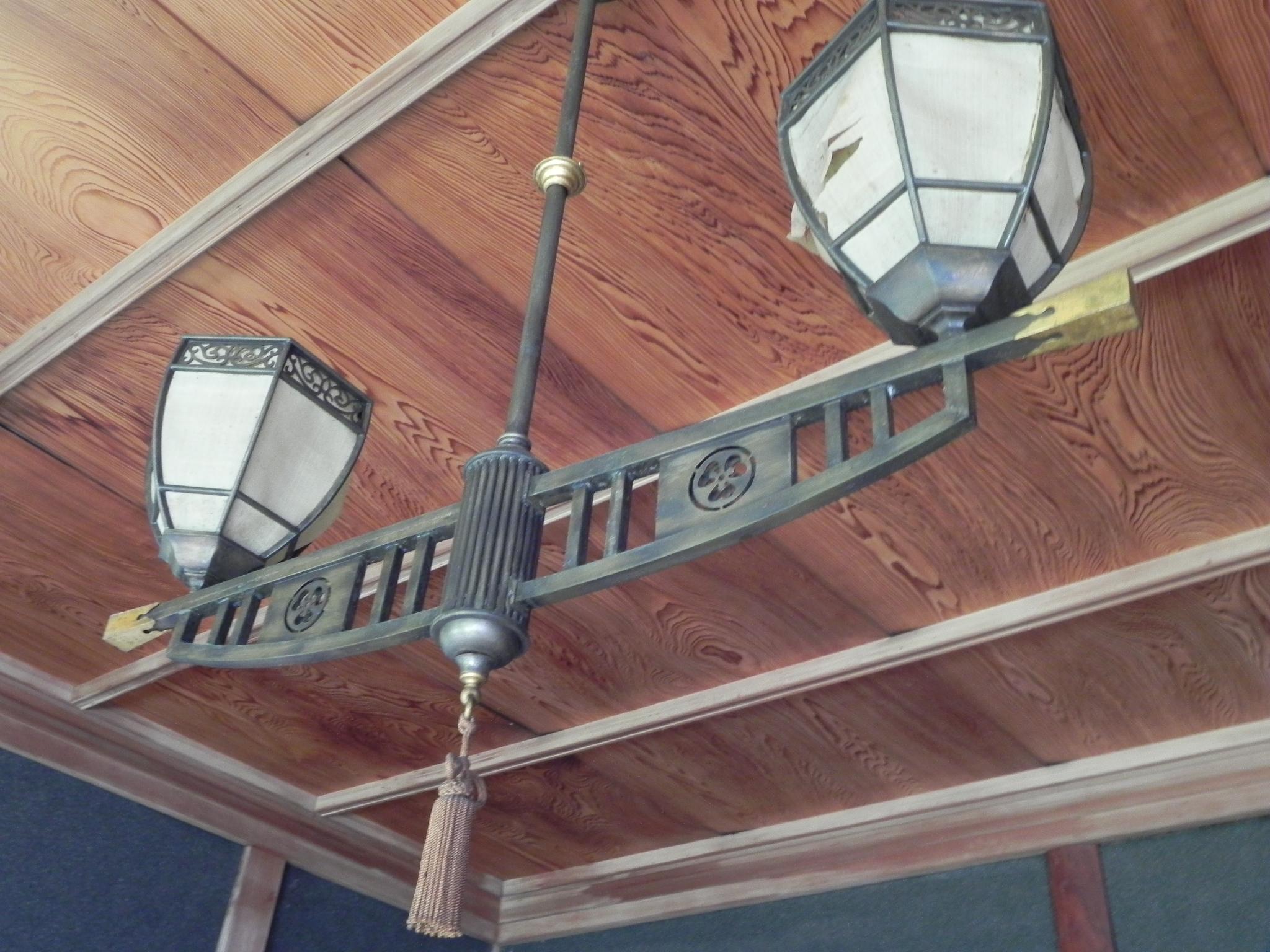 離れ座敷の和室照明。家紋入りのオリジナルデザインか。