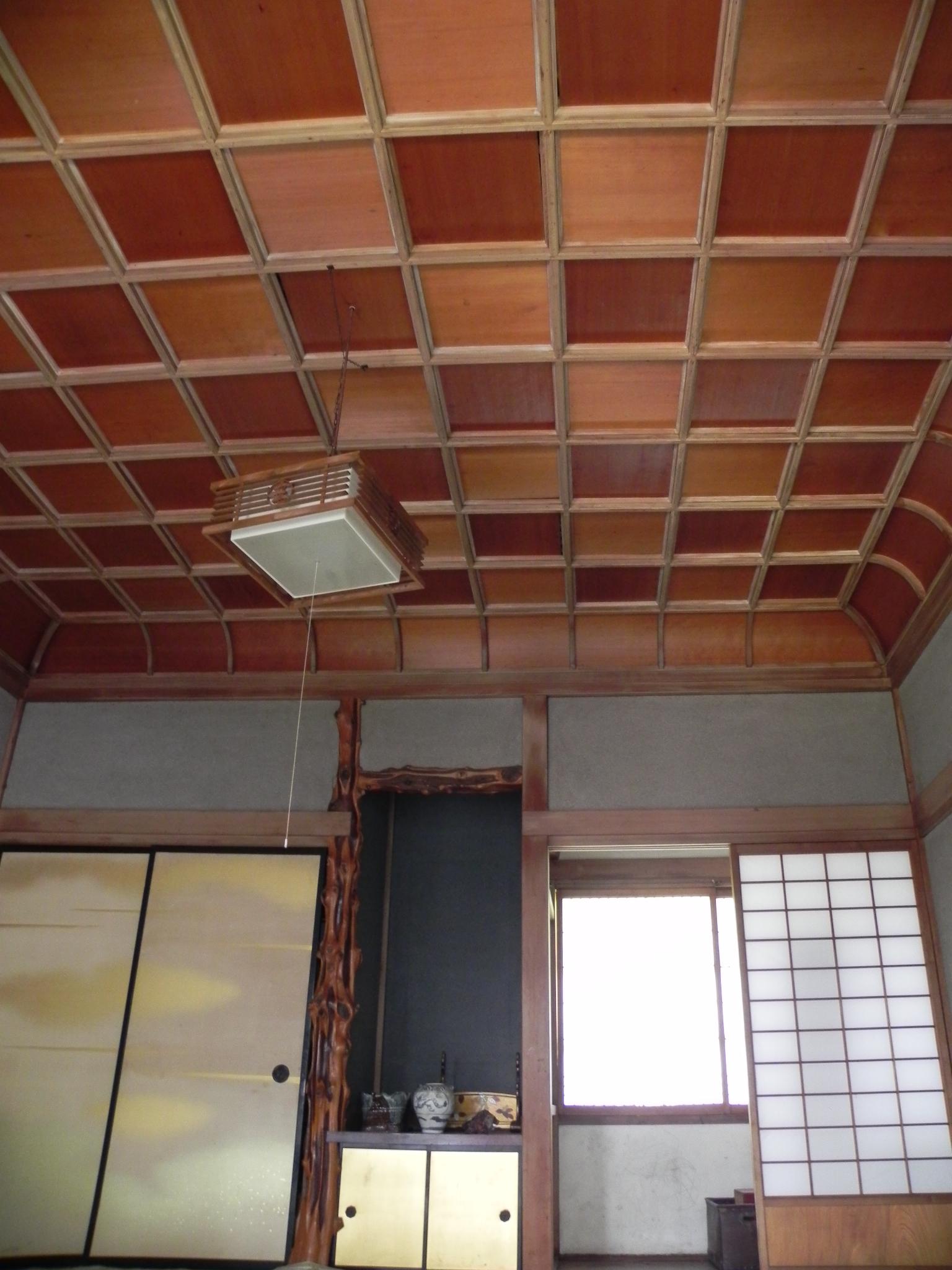 寺院などで見られる折上格天井。サフラン酒本舗の離れ座敷ではポップな市松模様?