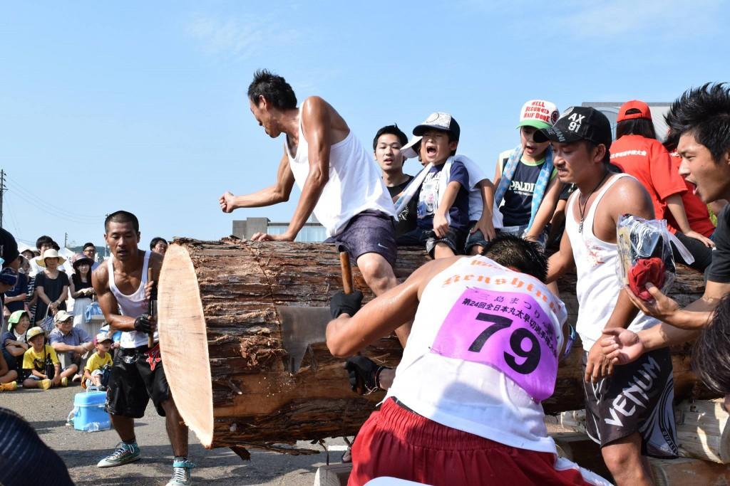 一般部門決勝は70cm~80cm、樹齢約100~120年の大木を使う。ドラム缶よりも太い!