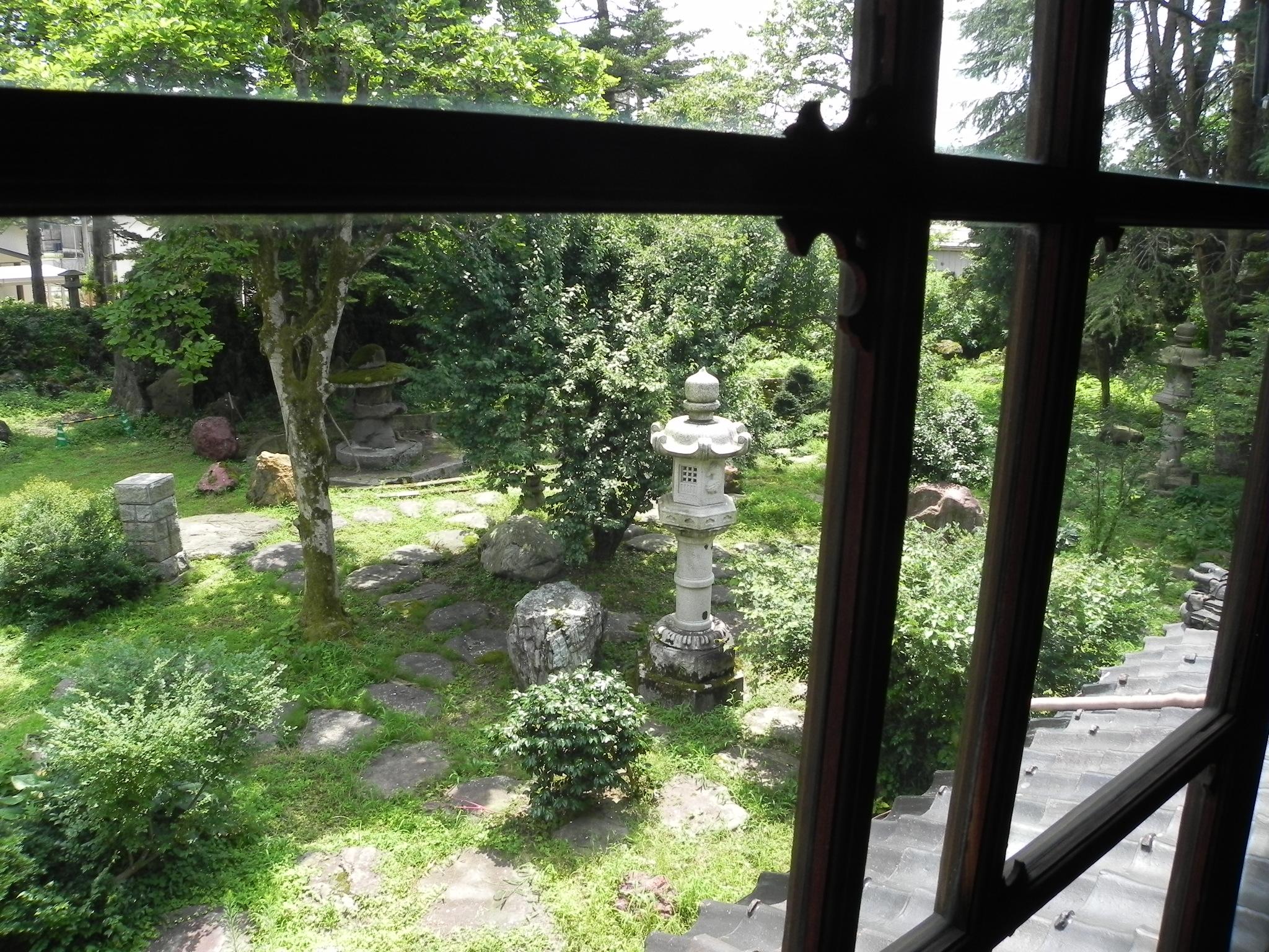 離れ座敷の2階から望む緑の庭園。