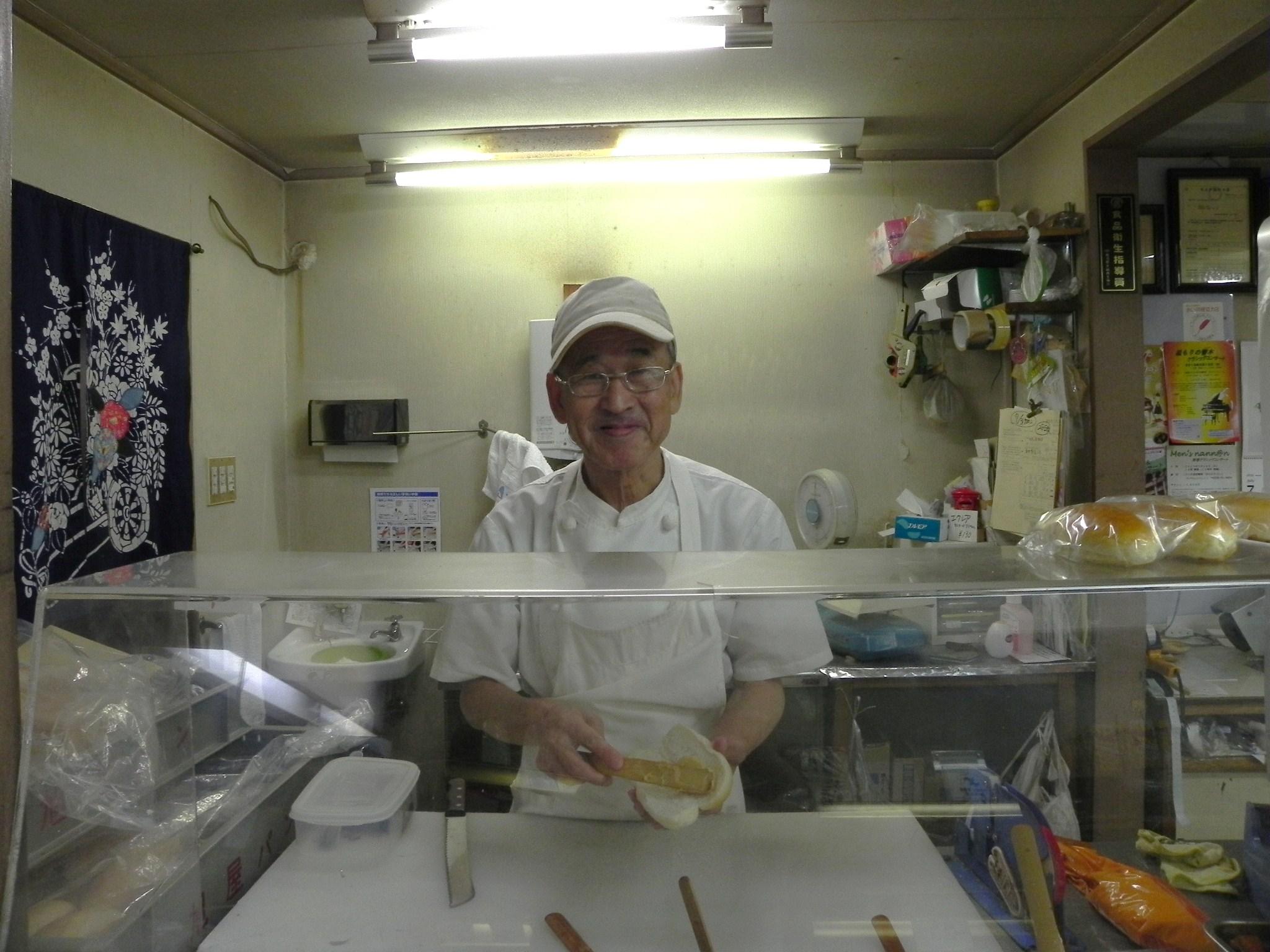 旭屋の三代目、高橋正文さん(66歳)。パン職人の道を歩み40数年になる。