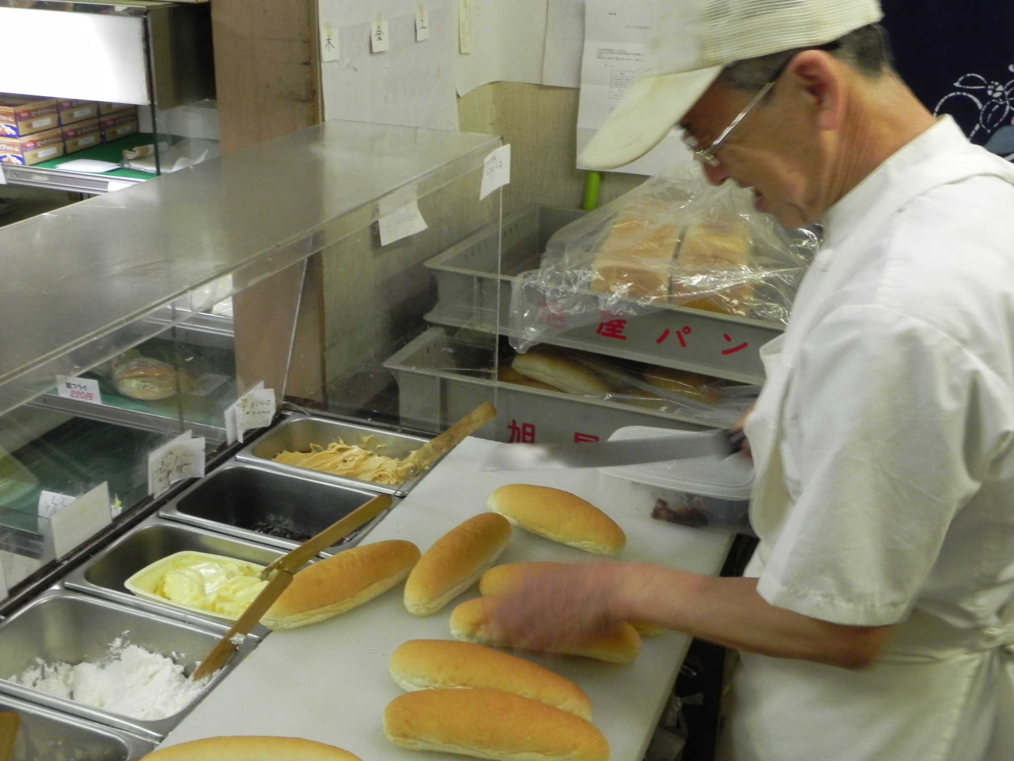 カウンターの内側はこんな感じ。コッペパンに切り込みを入れ、注文のクリームを塗って、出来上がりまで、あっという間。