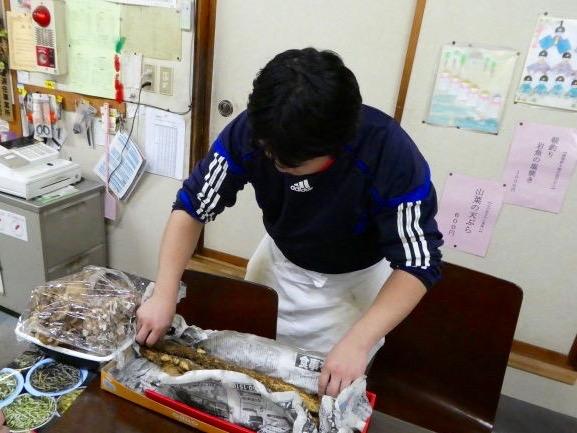 自然薯を見せてくれる、店主の星野智行さん。