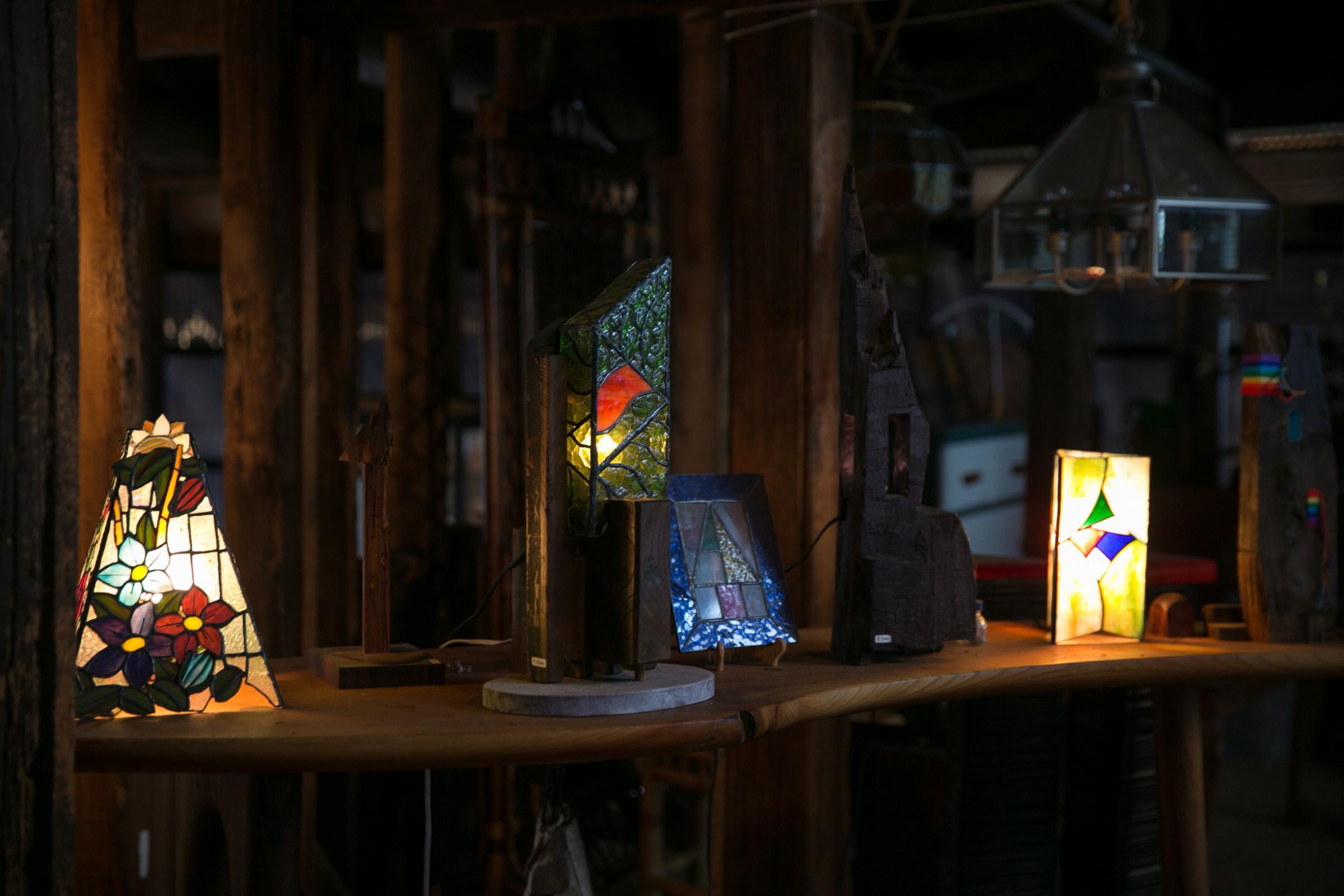 古材と組み合わせたステンドグラスの照明は、社長夫人の井口康子さん作。会社の事務・広報担当の康子さんによる、活用例の素敵なプレゼンテーションです。