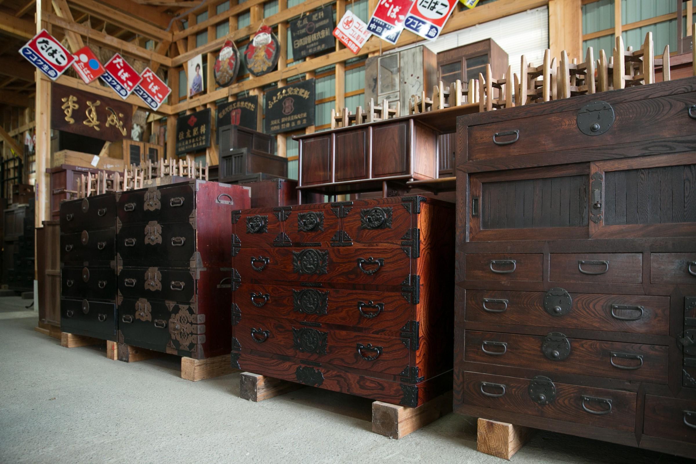 時代の空気をいまに伝える箪笥はどれも個性豊か。昭和の薫り漂うホーロー看板は、居酒屋などの飲食店がまとめ買いしていきます。