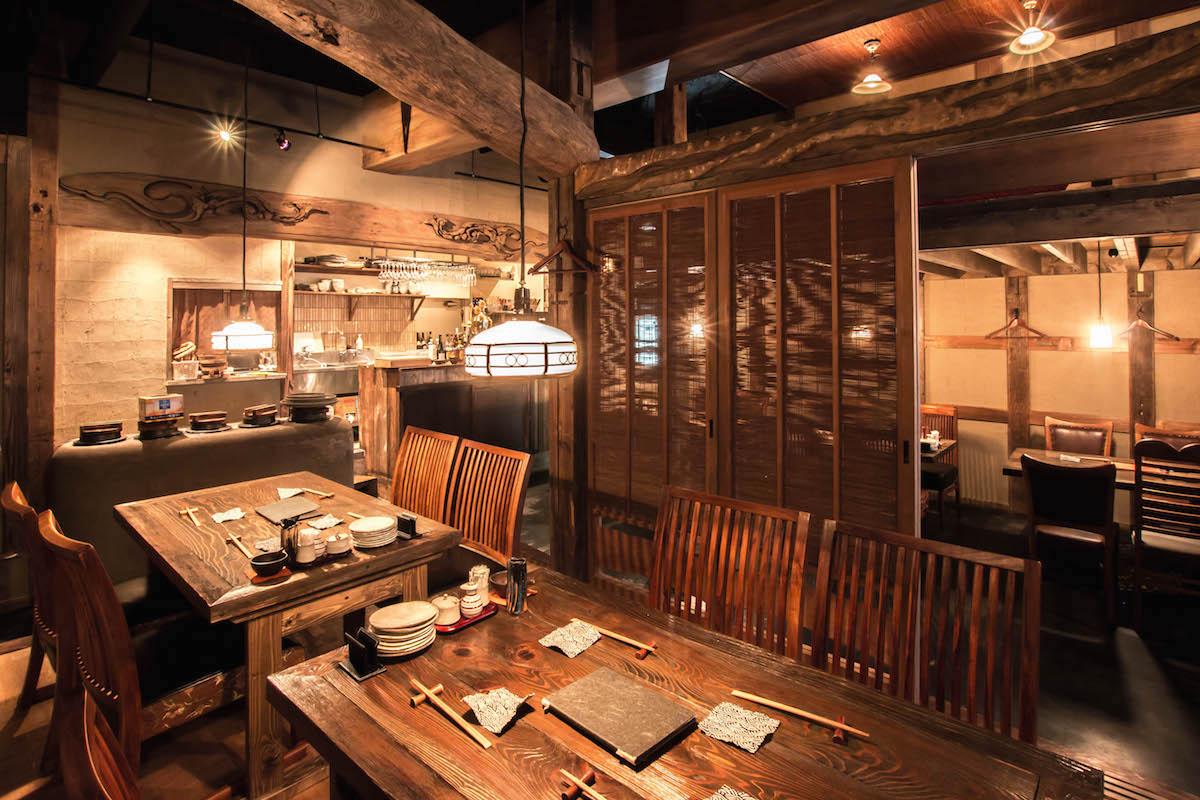 神奈川県横浜市のダイニングバー。社寺古材の梁、柱、古建具、照明器具で居心地のいい空間に。写真提供:井口製材所