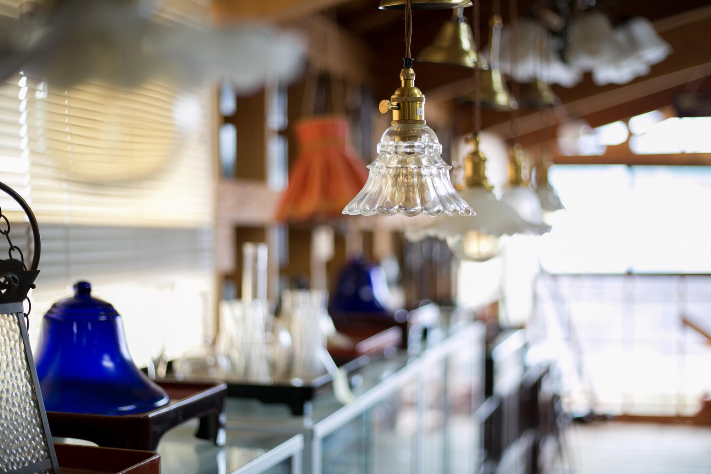 アンティークの照明器具もたくさん。古道具を東京の雑貨屋さんが仕入れに来ることもあるんだとか。