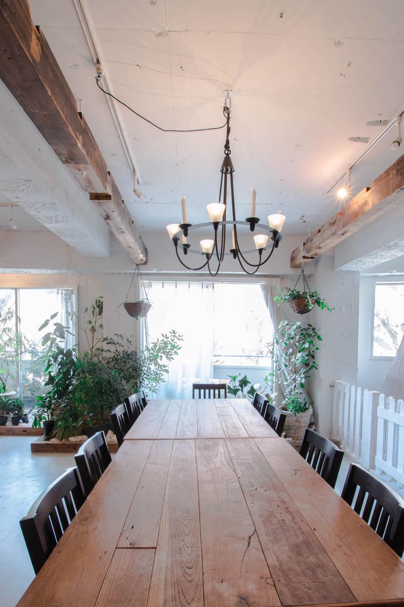 東京都港区のカフェレストラン。洋風の白い空間の中で、梁がナチュラルな存在感を発揮。写真提供:井口製材所