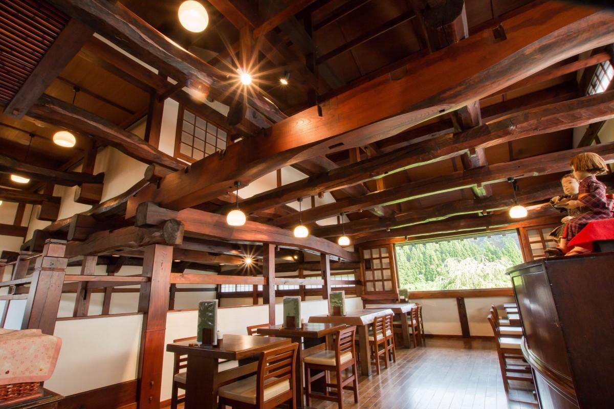 新潟名物・笹団子など和菓子を製造販売する、長岡市の「江口だんご本店」2階の甘味処。古民家を再生した空間に広がるダイナミックな梁組みが見事。写真提供:井口製材所