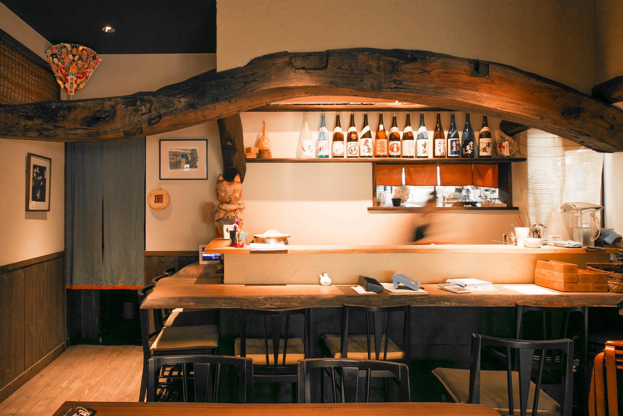 神奈川県鎌倉市のダイニングバー。ワイルドなカーブの梁は存在感たっぷり。写真提供:井口製材所