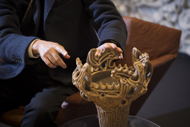片桐さんが左手の指を置いているところが「鶏頭冠」。「鶏冠状把手」とも言われる。