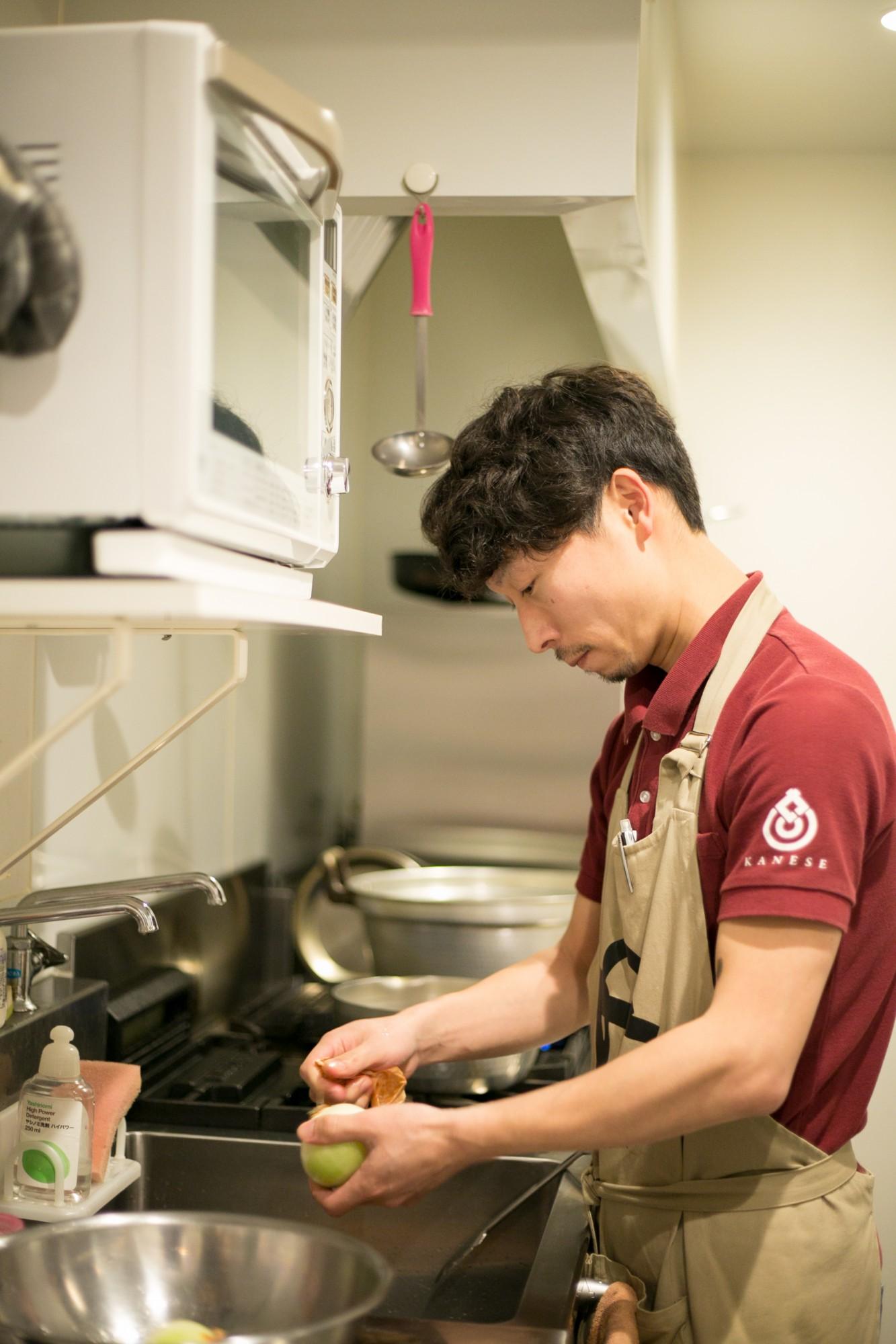 キッチンの星野薫シェフ。料理のメニューは彼に一任され、シェフ自ら野菜の直売所に買い出しに行くことも。