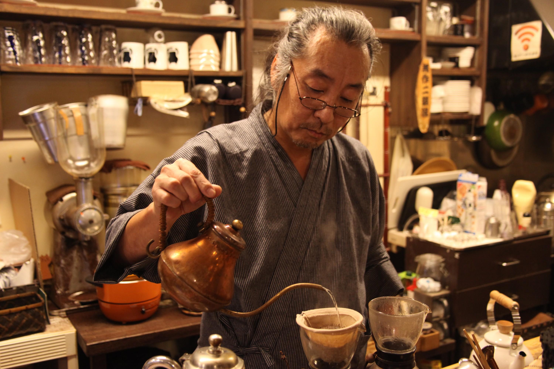 店主の加藤幹男さん。一杯一杯、丁寧に淹れてくれる。