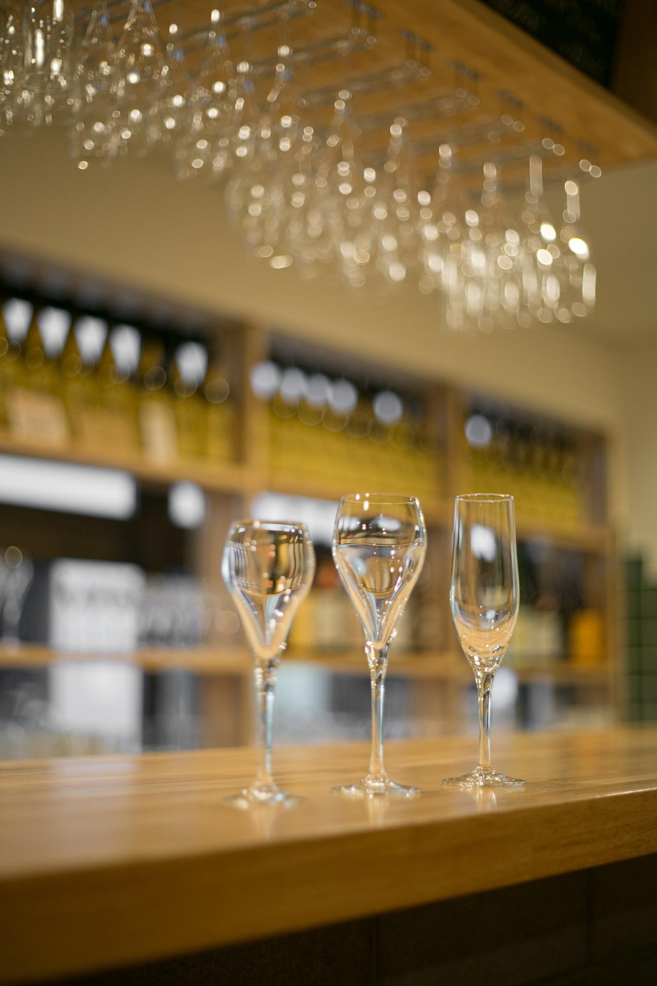 日本酒バルでは洋酒のグラスで一献。左から「飲み比べサイズ」「スタンダードサイズ」「お得サイズ」。