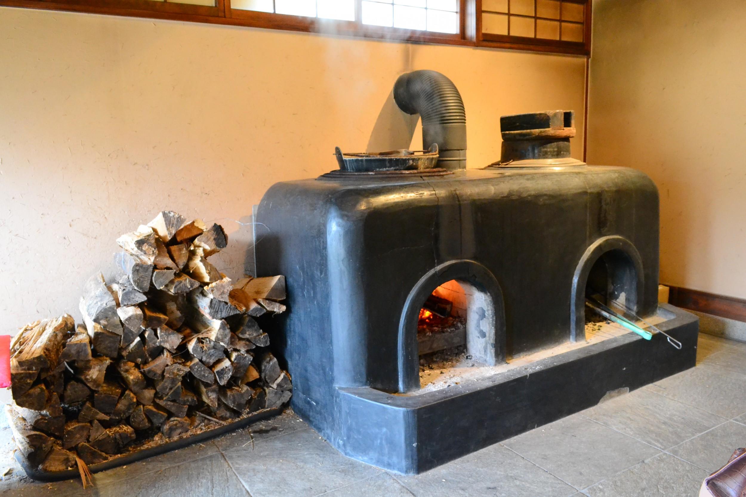 昔ながらの釜戸。懐かしさを感じる薪の香りが漂う。