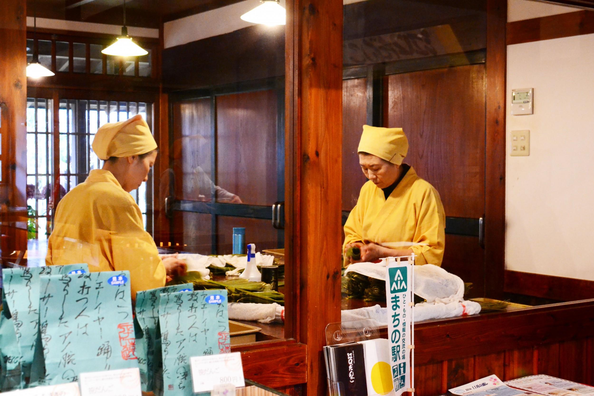店内では、ベテラン女性職人「匠部」が笹だんごを作る様子を見学できる