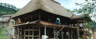 十日町市で見つけた古民家は、太くて大きい梁が特徴。本店では甘味処の空間に再生した。