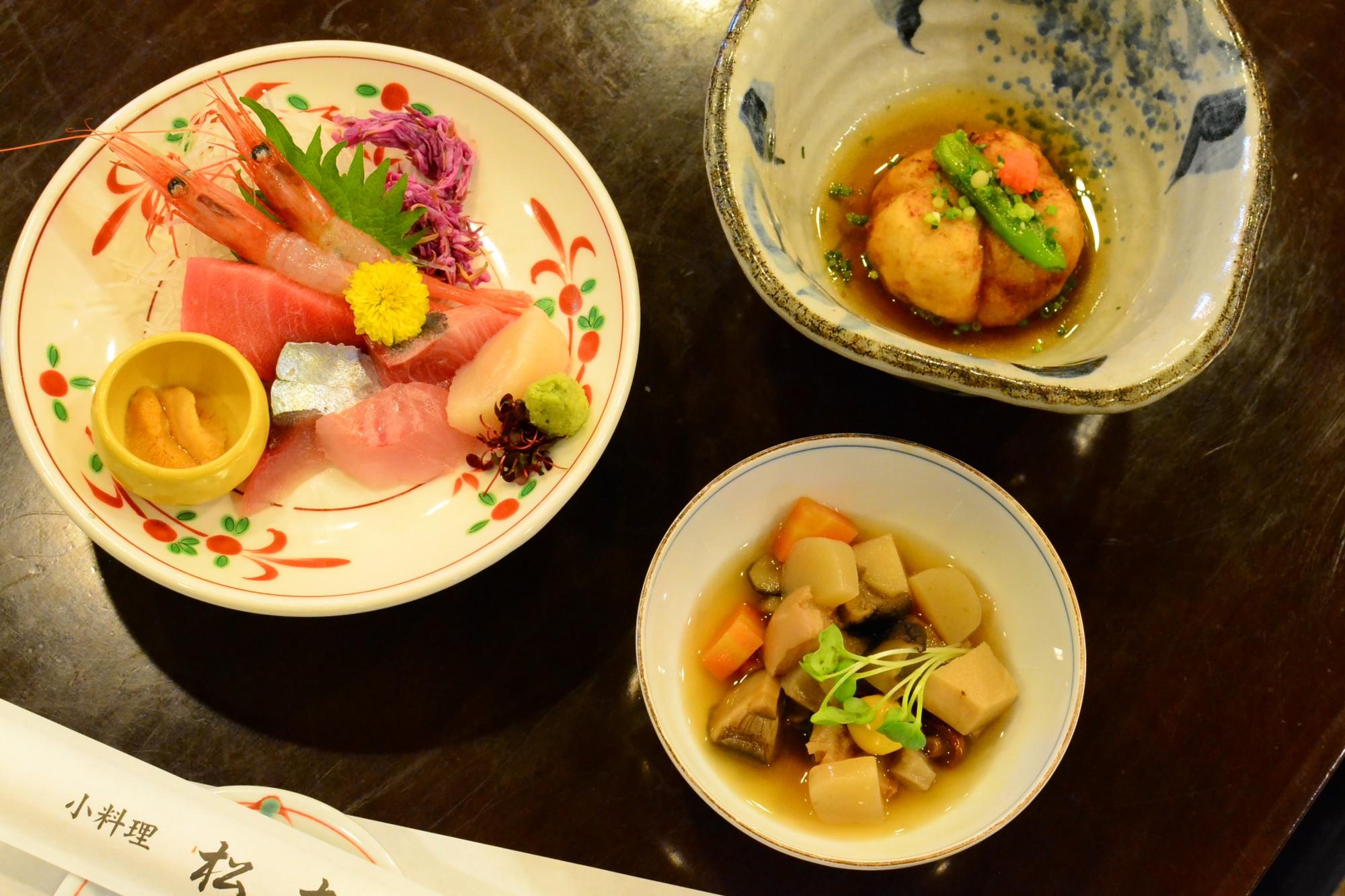 (左)日本海の幸お造りちょっと盛り1,728円(右上)山芋五目揚げ702円(右下)のっぺ煮626円