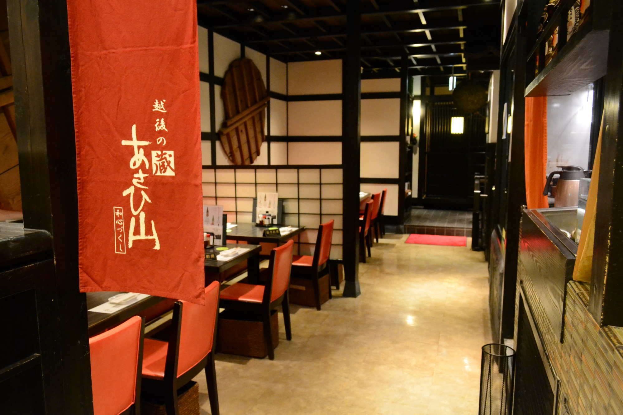 入口付近はテーブル席、奥には個室、半個室がある。
