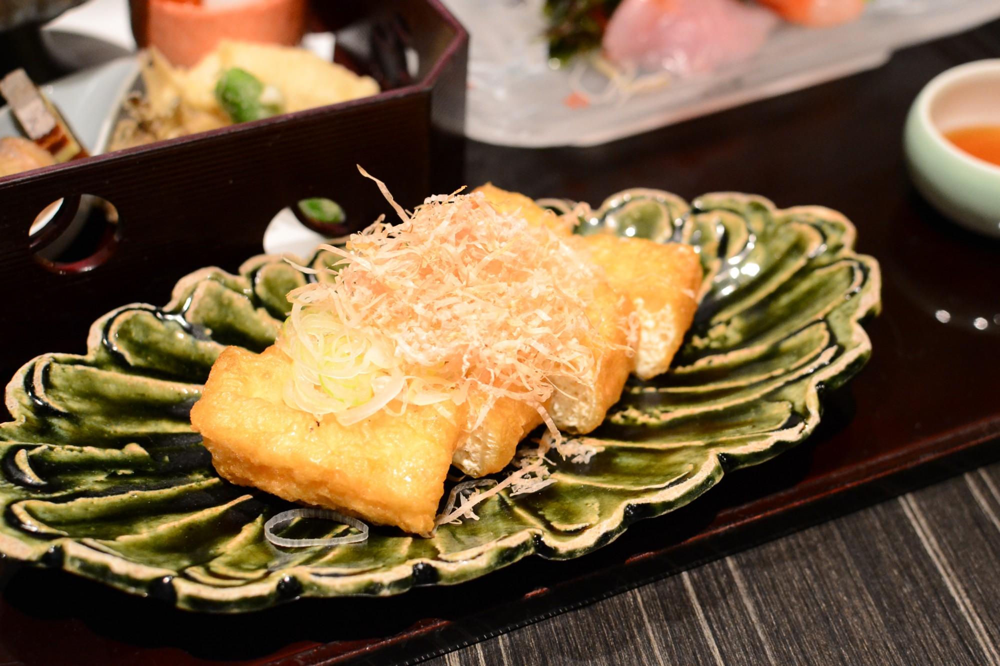 地元で人気!「常太豆腐店」の栃尾の油揚げ。