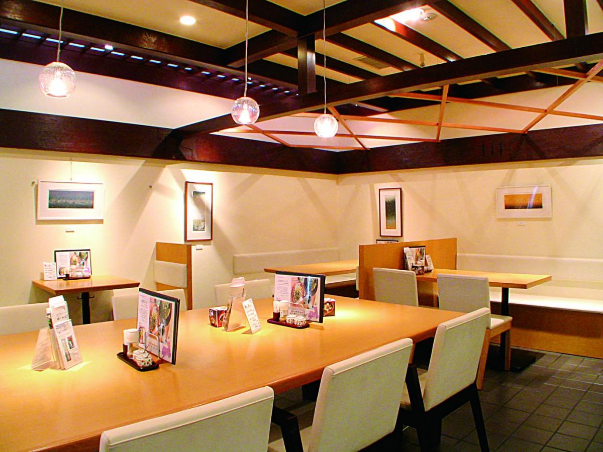 大小のテーブル席があり、女性一人での来店も多いそう。ゆったりとした雰囲気で、リラックスしながら晩酌を楽しめます。