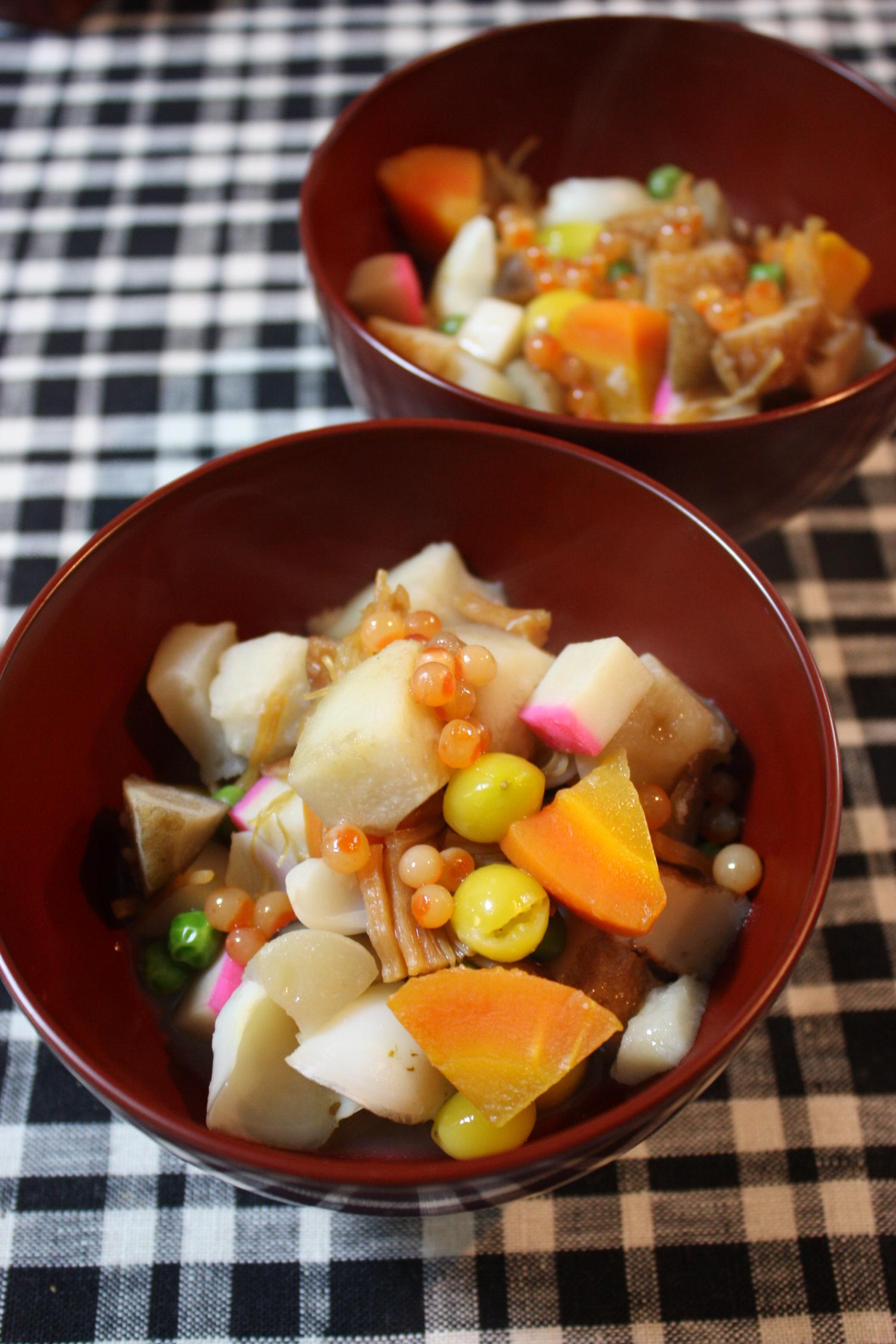 sacoche 我が家の「のっぺ」は、干し貝柱と干ししいたけのだしで、里芋、にんじん、ごぼう、こんにゃく、かまぼこやさつま揚げなどを煮ます。お正月には、ゆり根、銀杏、イクラを加えて華やかに仕上げます