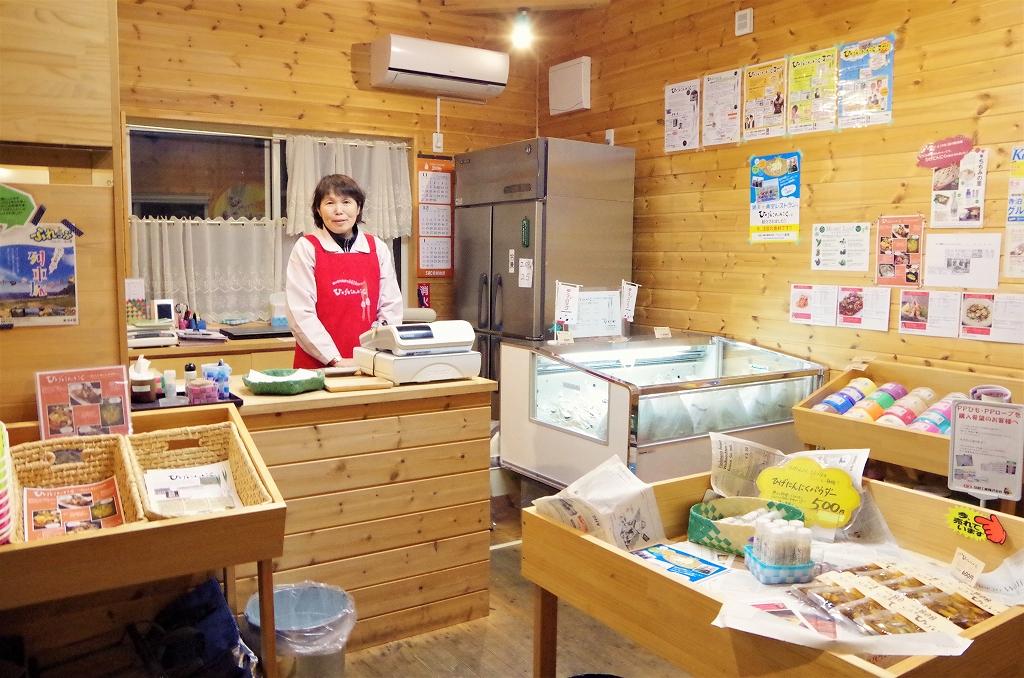 店内では商品購入の他、「ひげにんにくの素揚げ」の試食ができる。