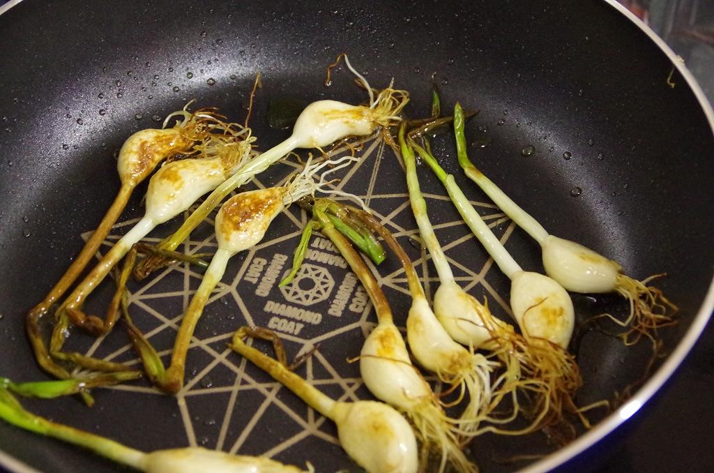 焼き色がついたらひっくり返せば完成。たくさん油を使わずとも、手軽に調理可能です。