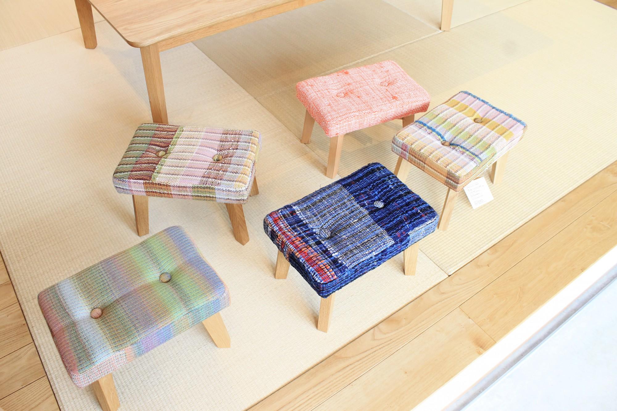 福祉作業施設で作られた、さをり織をつかったスツールも、九里家具製作所を代表する家具の1つです。同じ柄はなく、選ぶのに迷います。