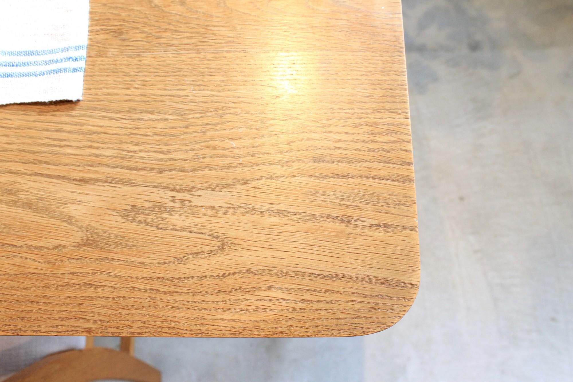 ナラを使ったテーブルは10年目。使いこまれて柔らかな雰囲気が漂います。もし大きな汚れがついてしまっても無垢材なら表面を削ることで修復可能。ちょっとした輪じみは1、2カ月経つと水分が蒸化し目立たなくなることもあります。「木は息をしているので、使いながらサポートしていきたいです」