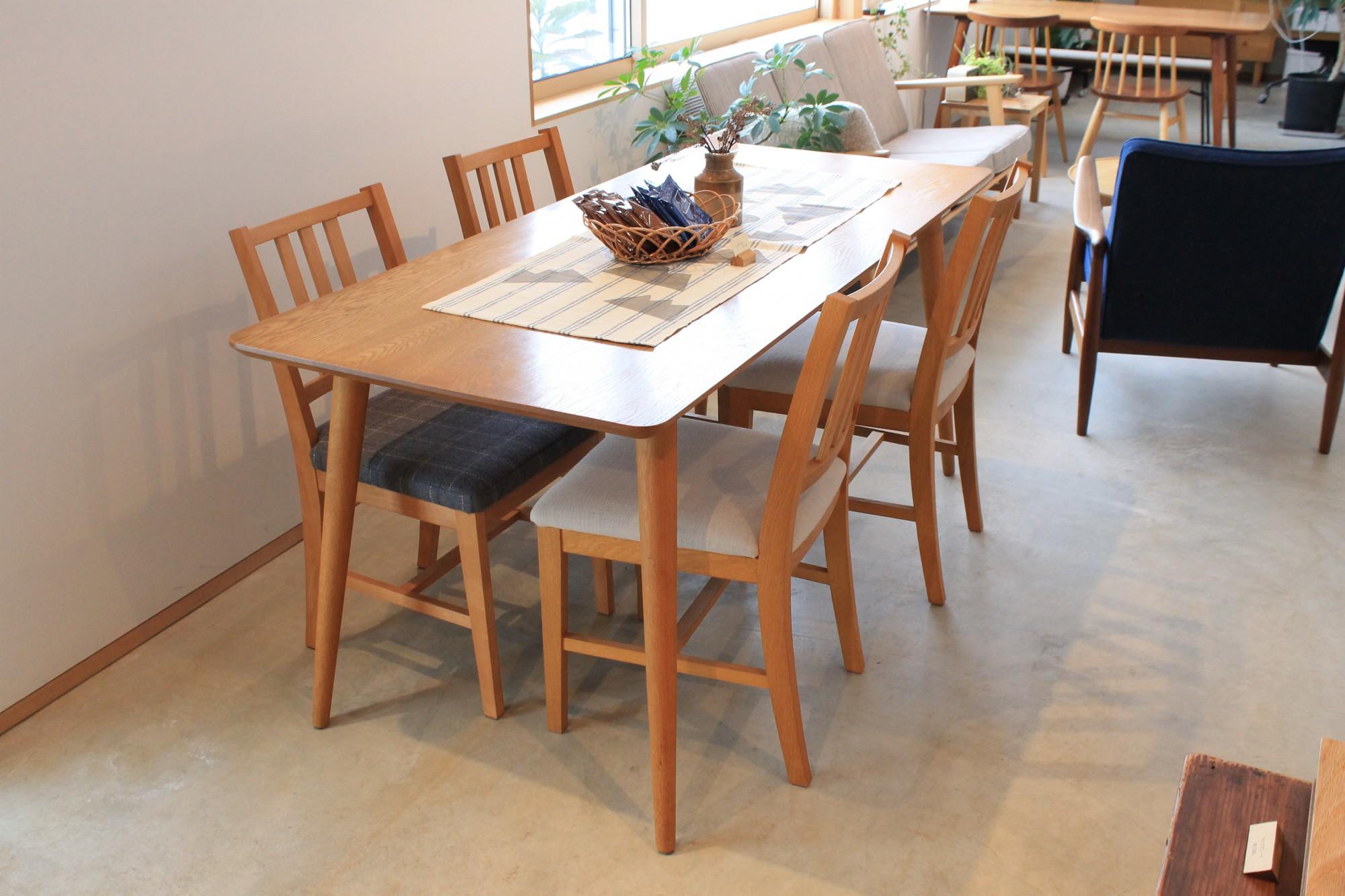 代表的な家具はダイニングテーブル。他にもテレビ台や椅子、ソファーといった家具が人気です。