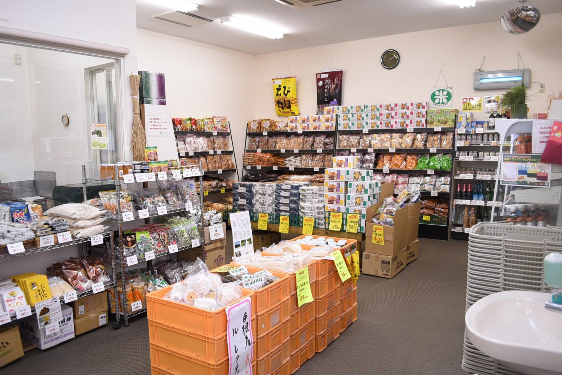 せんべい以外にも、長岡産加工食品や野菜も販売しています。