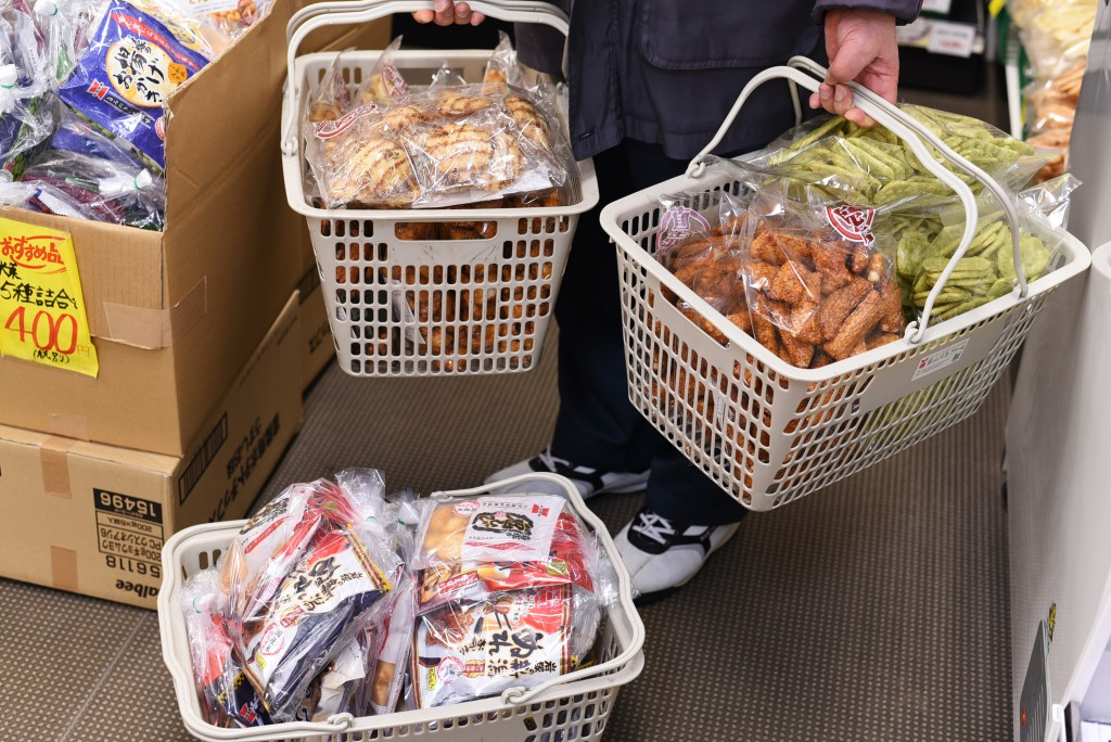 「せんべいアウトレット」岩塚製菓直売店。なぜお客は爆買いしてしまうのか | な!ナガオカ