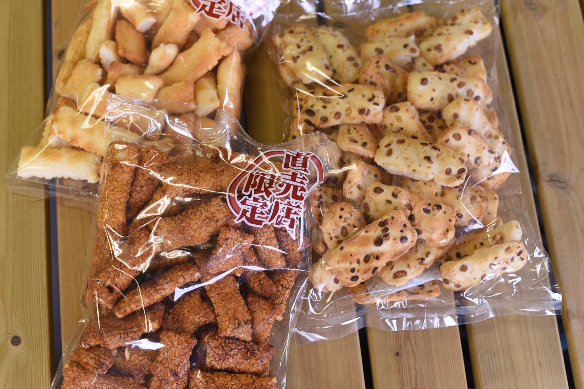 田舎のおかき醤油味(左下)、田舎のおかきしお味(左上)、大袖振豆もち(右)各302円