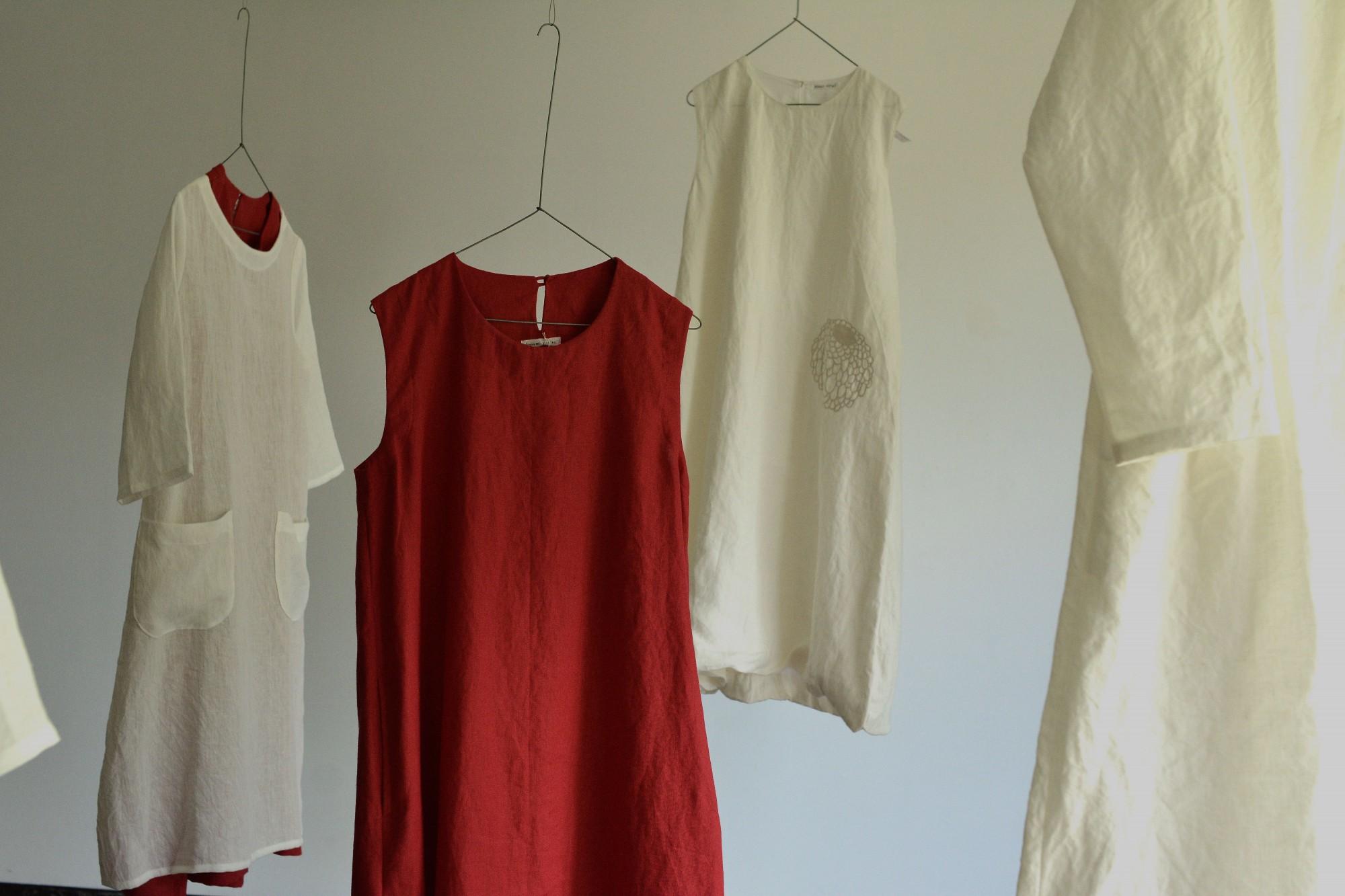 ギャラリーmu-anでの展示風景。カスミさんが選ぶ色はアースカラーが中心ですが、こんな鮮やかな色が登場することも。中央奥の白いワンピースは「titta! titta!」の作品。